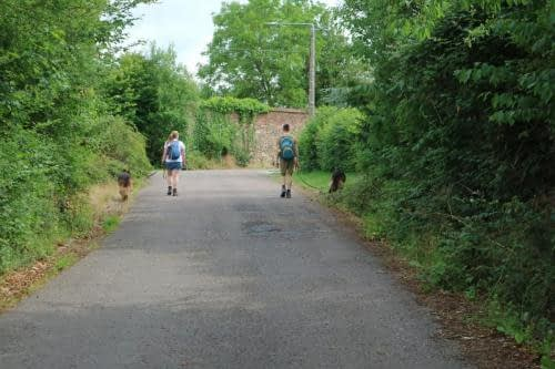Kirsten en Kevin wandelend met de honden in Thuin