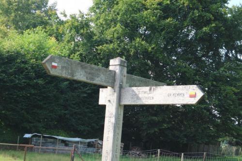 Wegwijzers grote routepaden op knooppunt Streek-GR Kempen GR565 in Einhoven (Zoersel)