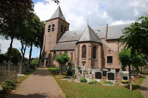 Kerk van Wortel met begraafplaats