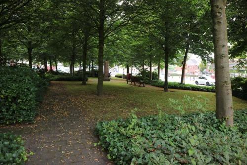 Groen pleintje tegenover de kerk in Sint-Lenaarts