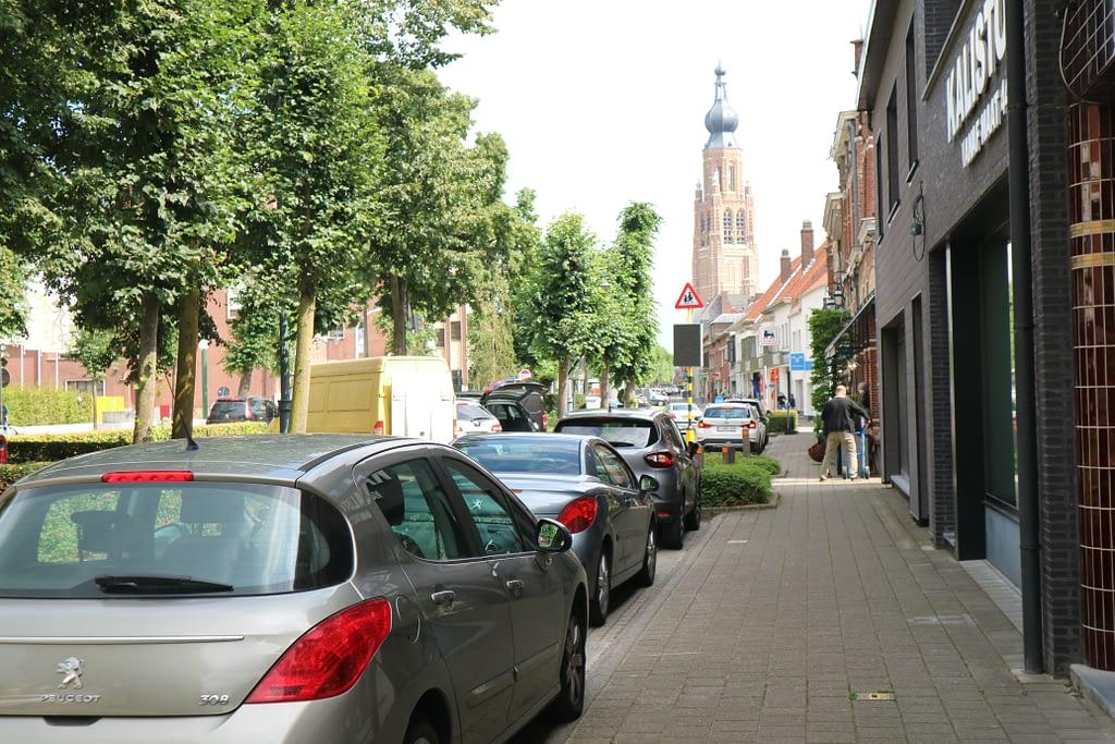 De Vrijheid in Hoogstraten met zicht op de 105 meter hoge toren van de Sint-Catharinakerk
