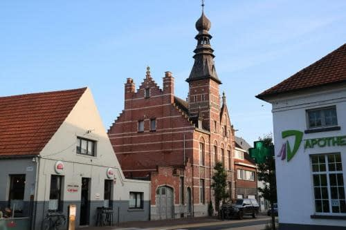 Dorpscentrum van Zandhoven  met oud herenhuis.