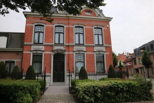Gebouw in neorococostijl op de hoek van de Kerkstraat en de Dorpsstraat in Sint-Lenaarts. Opgericht door steenbakker J. Michielsen in 1860.