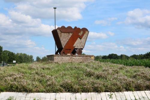 """Rotonde met monument """"Hulde aan onze steenbewerkers"""" in Sint-Lenaarts"""