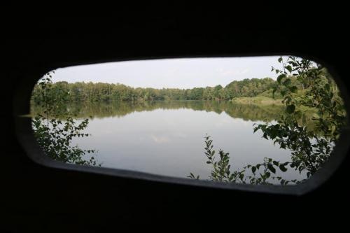 Zicht vanuit de vogelkijkwand op het meer in Hoofsweer in Sint-Lenaarts